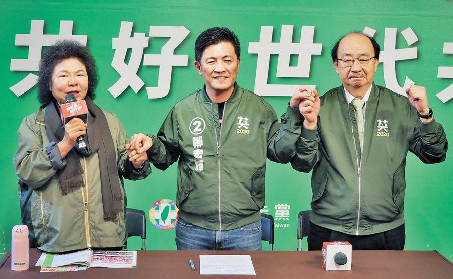 總統府祕書長陳菊(左)26日力挺新竹市立委候選人鄭宏輝(中)。(陳育賢攝)