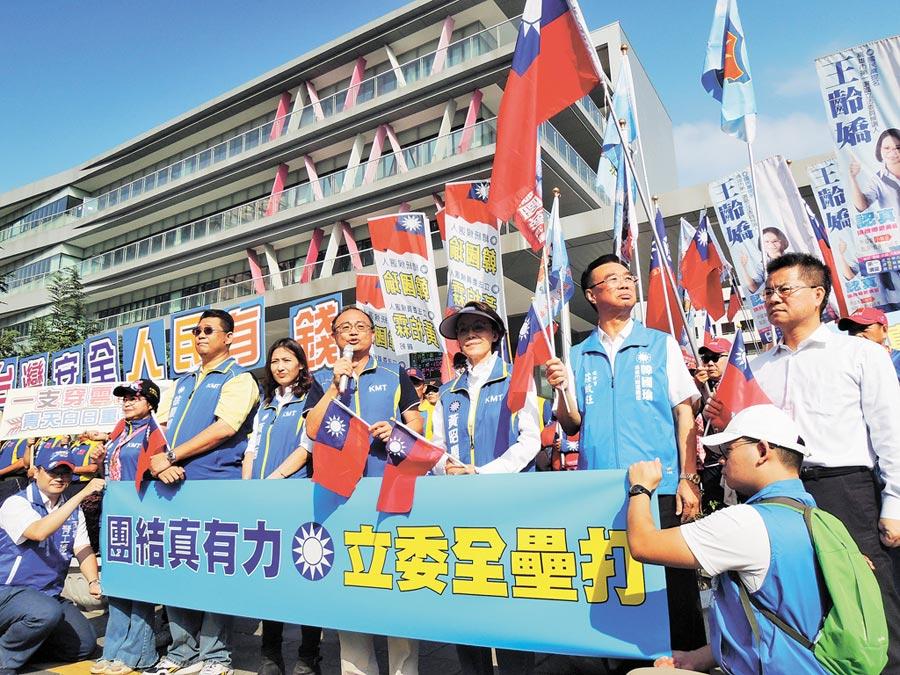 國民黨立委候選人到高雄巿選委會登記畫面,高喊8席全壘打。(曹明正攝)