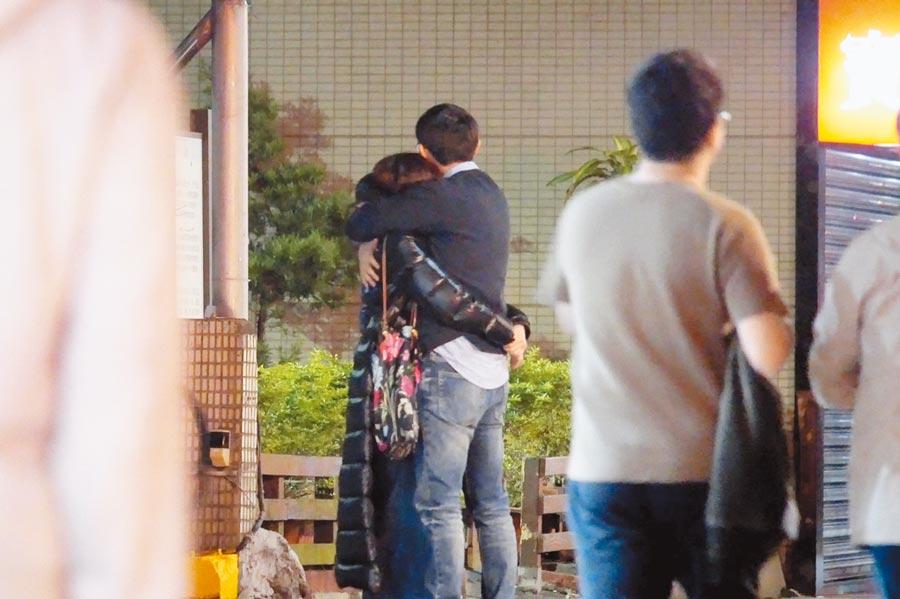 陳綺貞(左)日前被直擊在大街與新歡摟抱。(《時報周刊》提供)