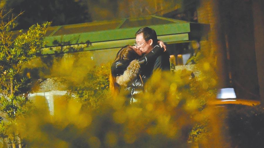 陳綺貞(左)和新歡在公園內忘情熱吻。(《時報周刊》提供)