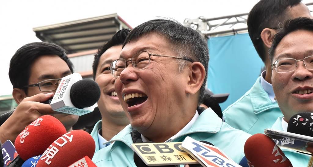 台灣民眾黨主席柯文哲在接受媒體聯訪時,表情相當豐富。(林瑞益攝)