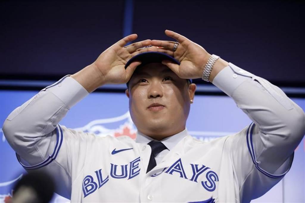 柳賢振在記者會上穿上藍鳥球衣。(美聯社)