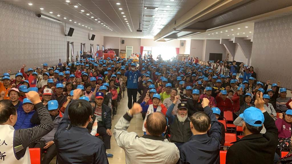 國民黨第一選區立委候選人林佳新與地方人士呼喊「總統立委都投2」口號,支持者熱血沸騰。(林佳新競總提供/王文吉台中傳真)