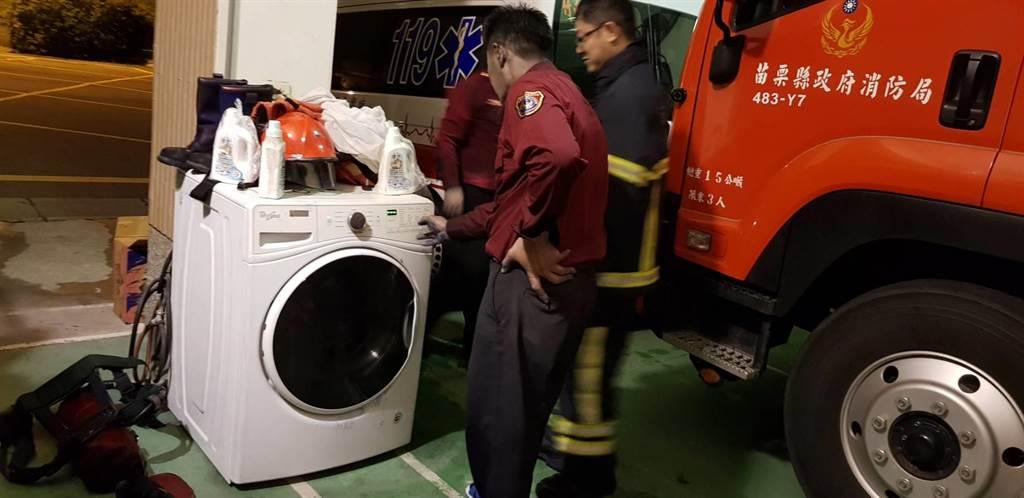 消防隊員面臨暴露有害物質的火警場域,返隊以專用「洗衣機」清洗裝備。(苗栗縣消防局提供/何冠嫻苗栗傳真)