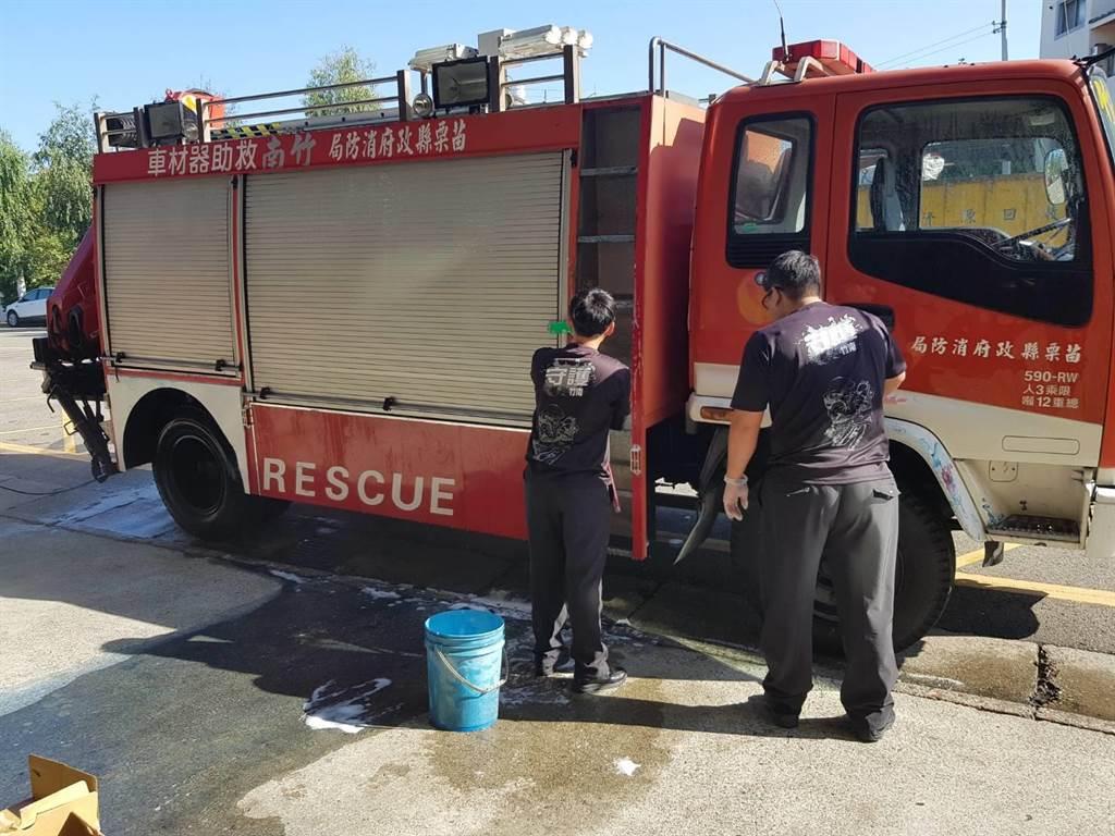 消防隊員27日晚間撲滅油漆工廠火勢,28日持續清洗車輛、裝備,降低傷害風險。(苗栗縣消防局提供/何冠嫻苗栗傳真)