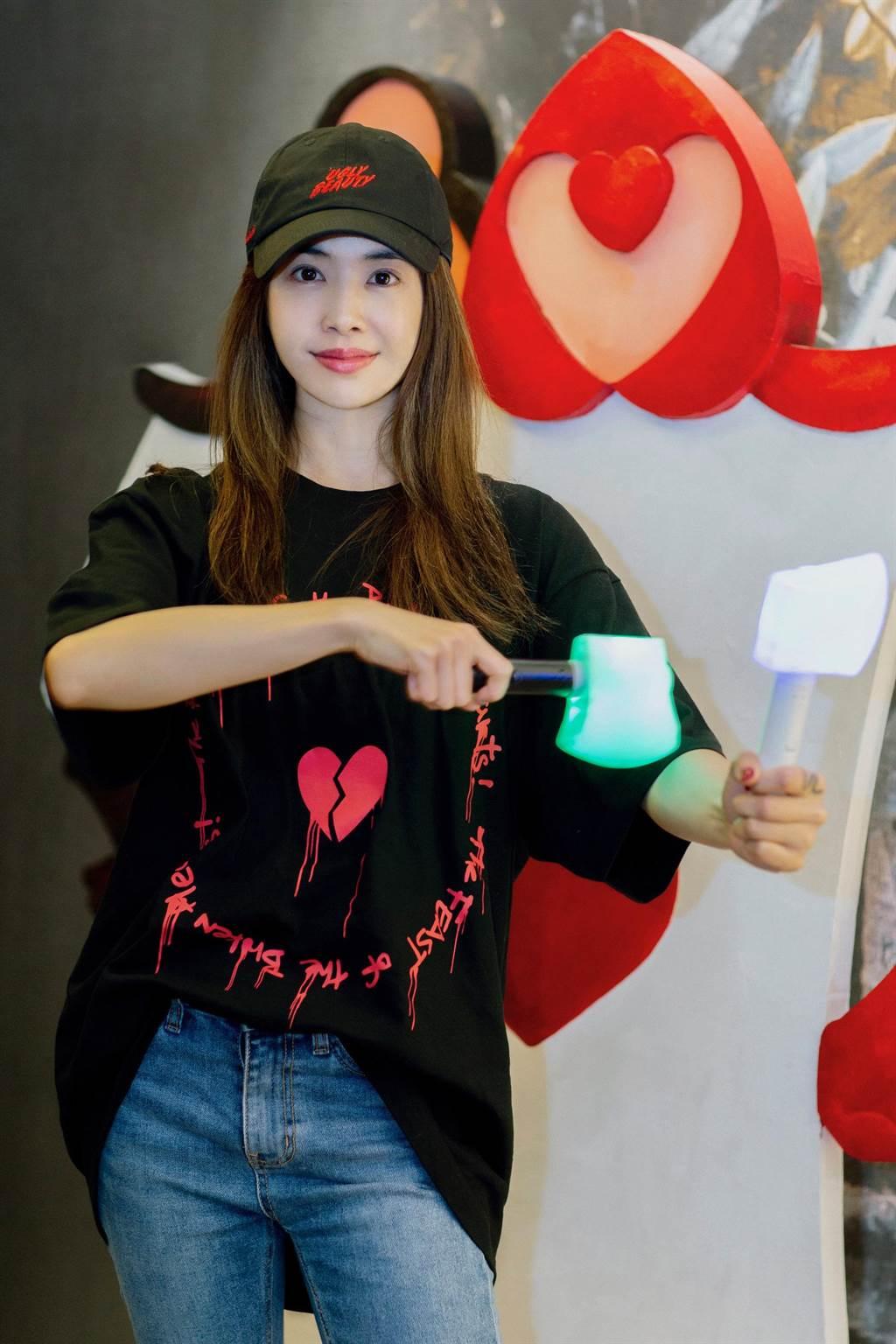 蔡依林將在台北演唱會送歌迷6.6萬支、6種不同顏色的「Ugly Beauty應援螢光斧頭」。(凌時差提供)