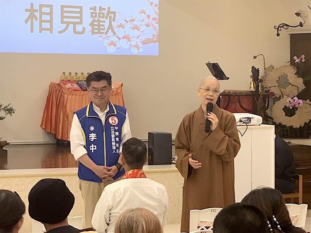 中市立委第六選區國民黨候選人李中(左)參加公益活動。(翻攝照片/陳淑芬攝)