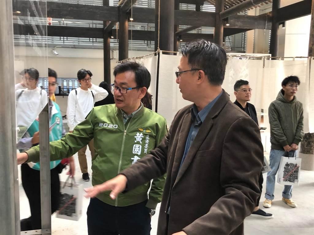 尋求連任的立委黃國書(左),到「台灣府儒考棚」參加藝文活動。(翻攝照片/陳淑芬攝)