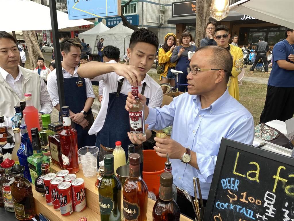 愛河三輪觀光美食市集28日登場,高市副市長葉匡時(右)充當調酒師露一手。(柯宗緯攝)