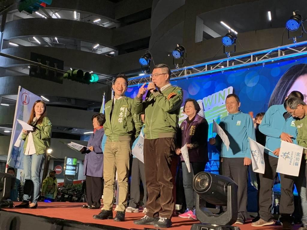 北市立委第二選區,民進黨候選人何志偉(左)昨辦造勢晚會,民進黨主席卓榮泰(右)到場力挺。(張薷攝)