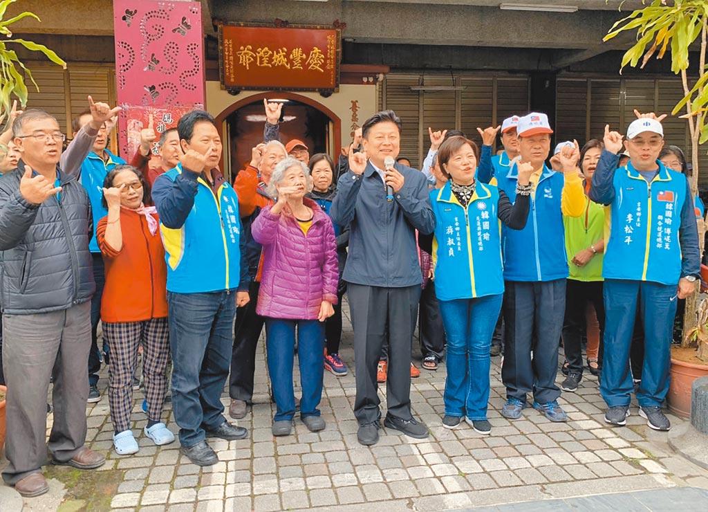 無黨籍立委候選人傅&#23824萁(前排右四)拜票時被問到花蓮交通建設,斥責民進黨政府與蕭美琴,並與鄉親高喊下架民進黨。(王志偉攝)