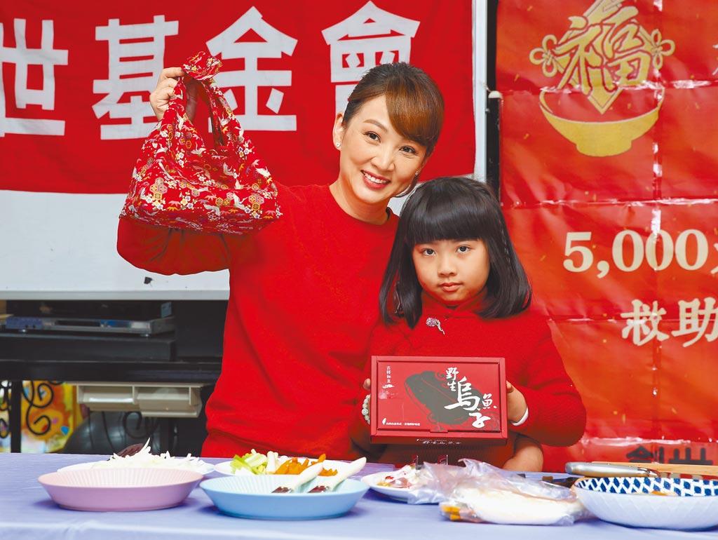郁方(左)帶女兒Rachel示範親子創意料理,義賣烏魚子禮盒。(粘耿豪攝)