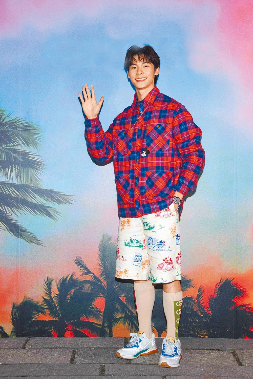 許光漢覺得身上的襯衫外套很實搭,一年四季都可穿。紅藍格紋棉衫6萬1000元,米奇印花短褲3萬7500元,Ultrapace系列運動鞋2萬8700元。(GUCCI提供)