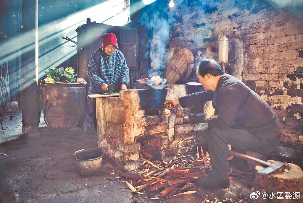 大陸一農村村民在廚房為土灶添柴。(取自微博@張一般先生)