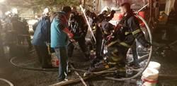 救火遭漆噴滿身 消防員返隊大清洗
