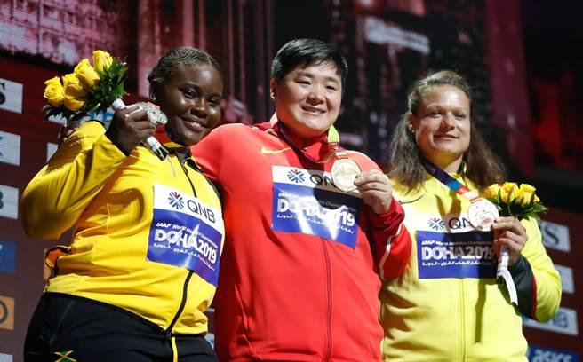 2019年10月4日,世界田徑錦標賽女子鉛球冠軍鞏立姣(中)、亞軍牙買加選手托馬斯-多德(左)和季軍德國選手施瓦尼茨。(新華社資料照)