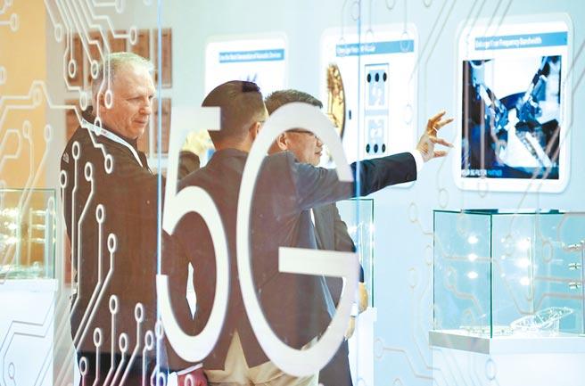 世界5G大會上個月(11月)在北京舉行,圖為參展商在展會上為觀眾介紹5G應用。大陸駐歐盟使團團長張明指責美國試圖把5G網路安全政治化。(新華社)
