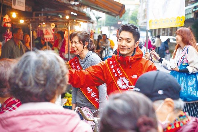 國民黨候選人蔣萬安勤深耕,與妻子一同至市場掃街拜票。(蔣萬安競選總部提供/張薷台北傳真)