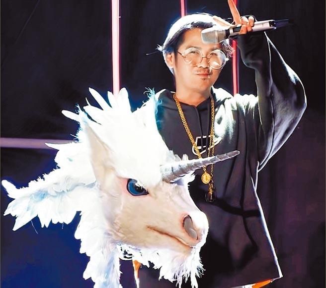 曹格戴上獨角獸面具化身「動物管理員」,以特別嘉賓身分受邀《蒙面唱將》演出。(就是音樂提供)