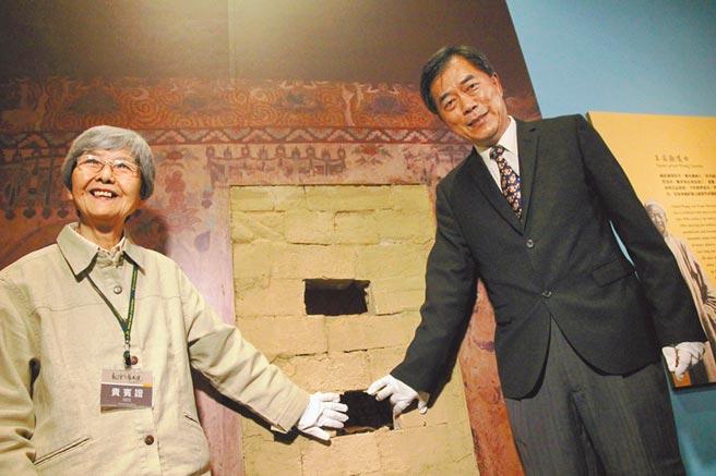 2017年4月26日,科博館推出《敦煌風華再現》展,館長孫維新(右)與敦煌研究院名譽院長樊錦詩(左)說明發現藏經洞的故事。(陳淑芬攝)