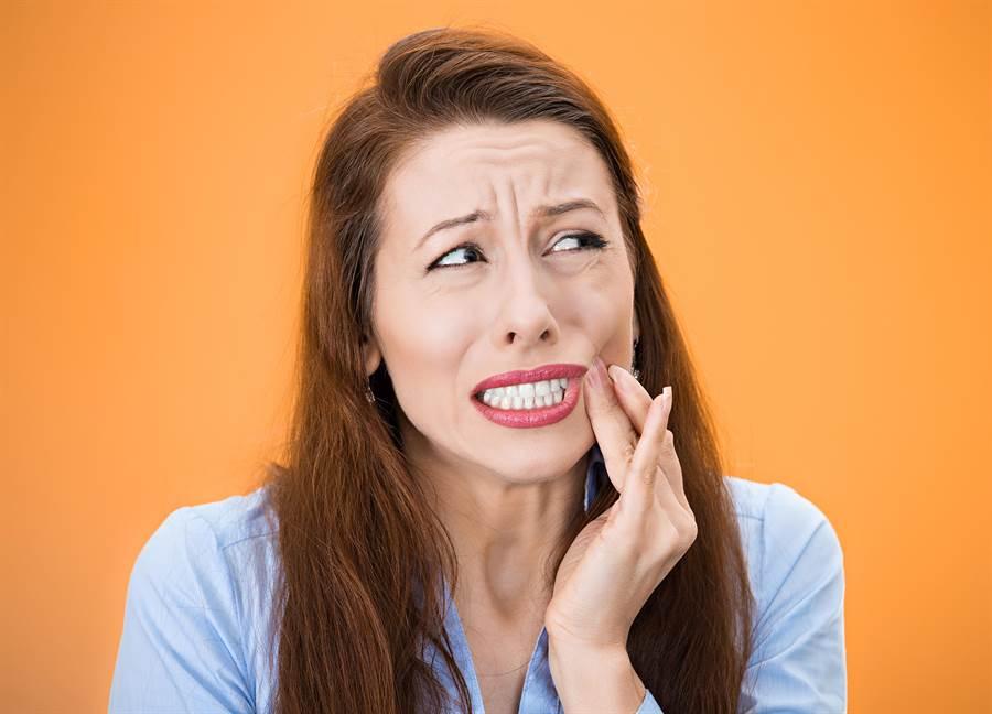 許多人都有過嘴破的經驗,小小傷口痛起來卻很要命,醫師教你對症下藥,3天復原效果就很好。(圖/shutterstock)