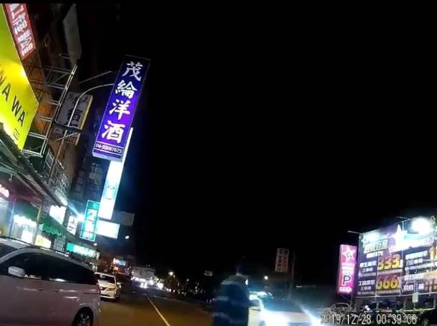 梁男不聽警勸、不顧前方有車輛,仍頻衝馬路中央。(熱心民眾提供/台中馮惠宜傳真)