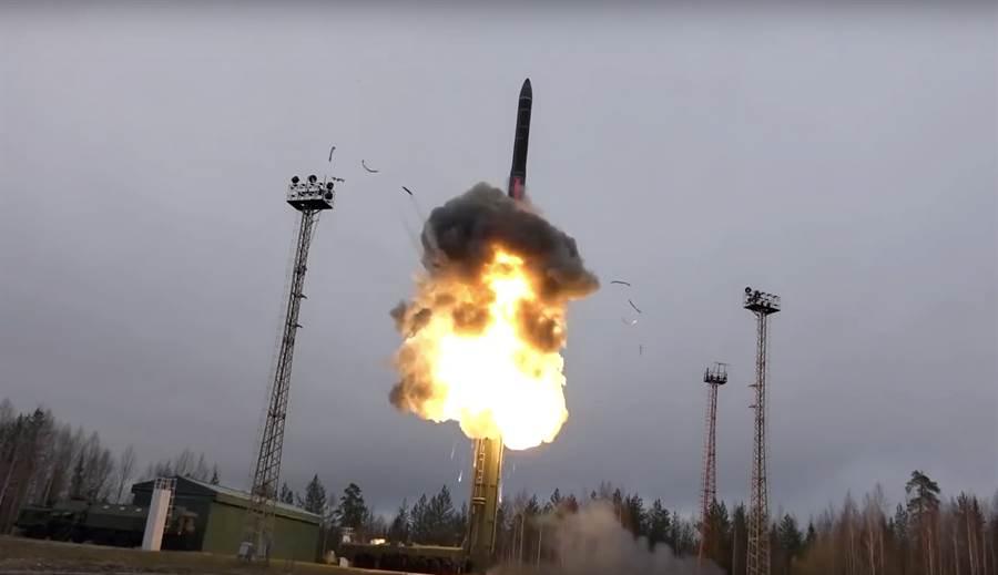 俄羅斯國防部27日聲明表示,俄羅斯首批新型高超音速飛彈「先鋒」(Avangard)已開始服役,有能力打擊美國以及投入戰爭。圖為俄羅斯發射洲際彈道飛彈。(美聯社)