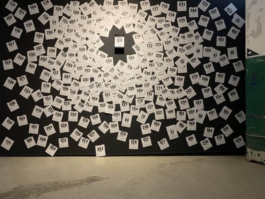 施佩頡同學展出的作品Mother&Father思唸曆,用過去一年365天,每天父母從電話或是日常對她的碎念,從普通不過的嘮叨,製作成創意日曆卡。(戴志揚翻攝)