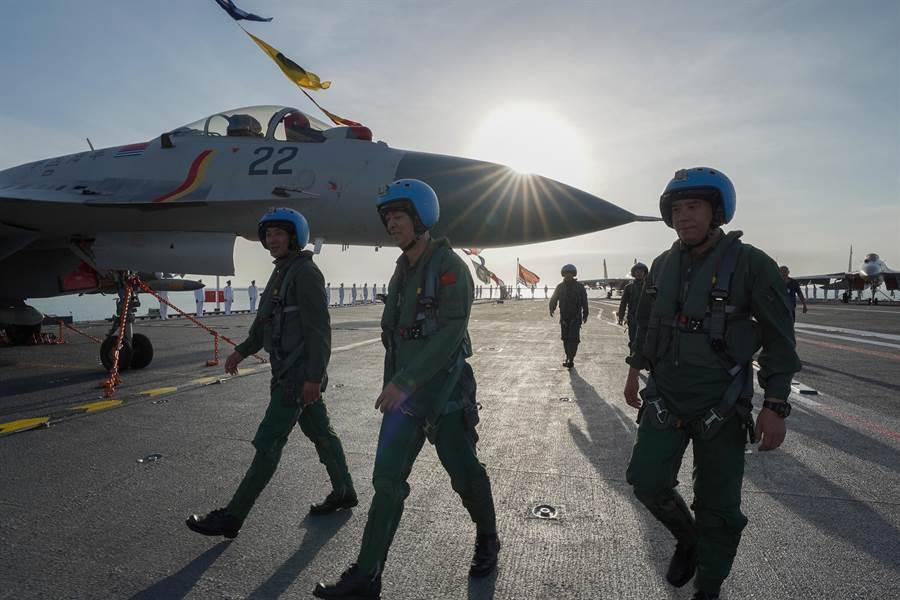 解放軍首艘自製航母「山東」艦上的艦載機與飛行員。(新華社)