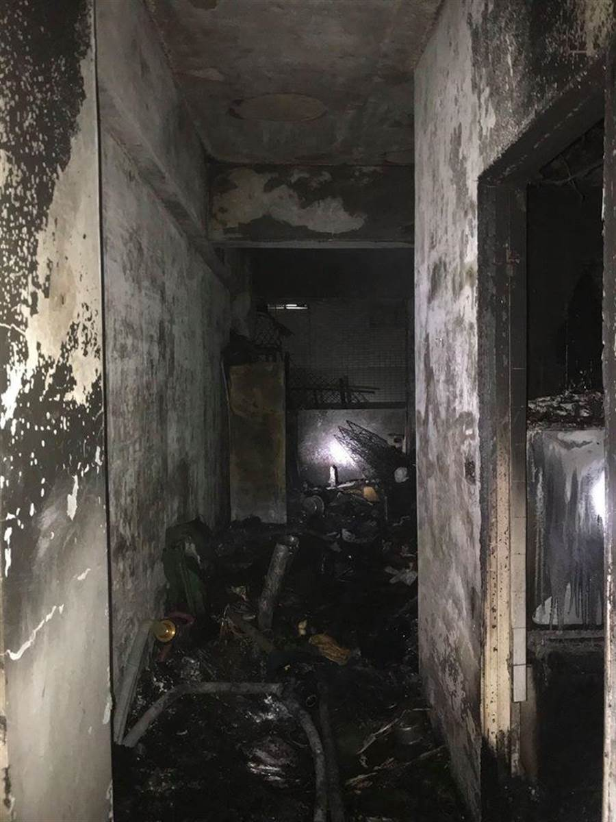 北市北投區一處民宅凌晨發生大火,現場被燒得面目全非。(取自北市消防局臉書)