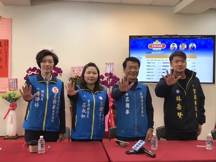 國民黨立委候選人呂國華比出「號次5」的手勢,呼籲支持者務必要集中選票。(胡健森攝)