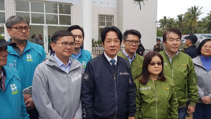 民進黨副總統參選人賴清德(中)強調反滲透法不影響言論自由。(楊漢聲攝)
