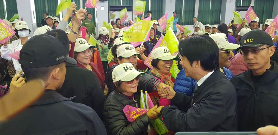 民進黨副總統參選人賴清德(中)台東幫劉櫂豪助選。(楊漢聲攝)