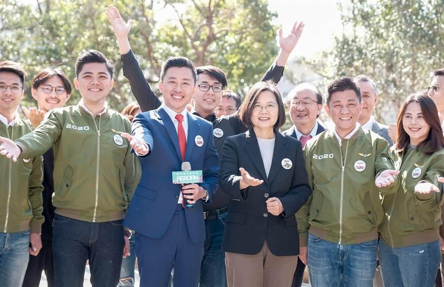 圖為蔡英文總統(中)和市長林智堅(左二)邀大家來新竹市立動物園玩。(羅浚濱攝)