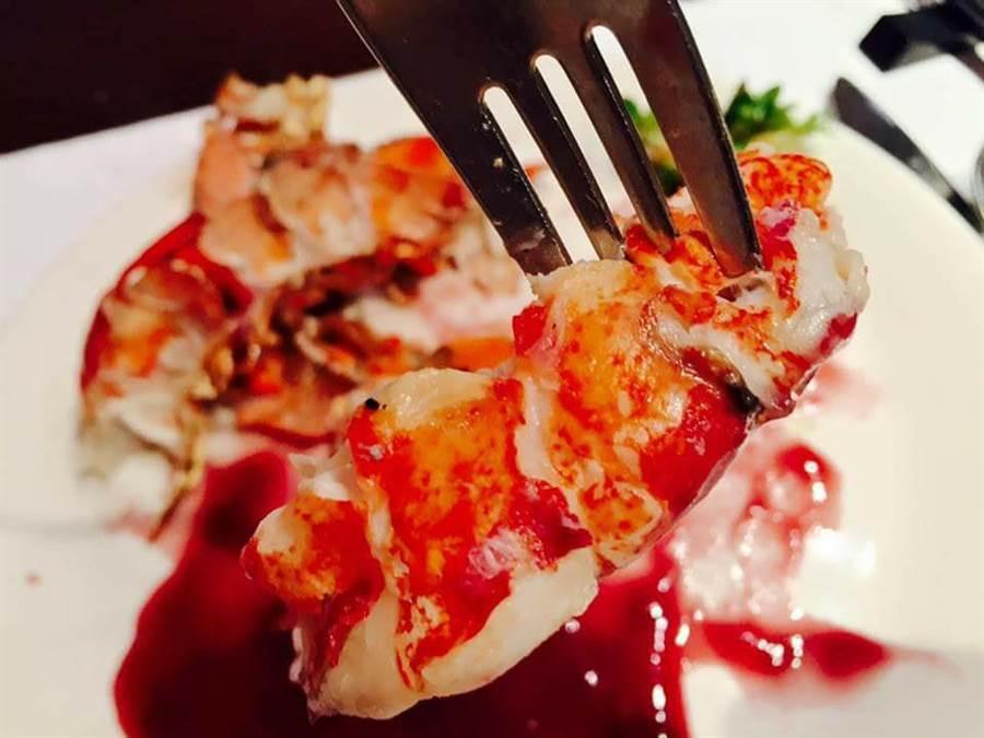 巨大草蝦輸了,網友表示,好市多這款龍蝦更超值。(圖/翻攝自臉書社團《好市多商品經驗老實說》)