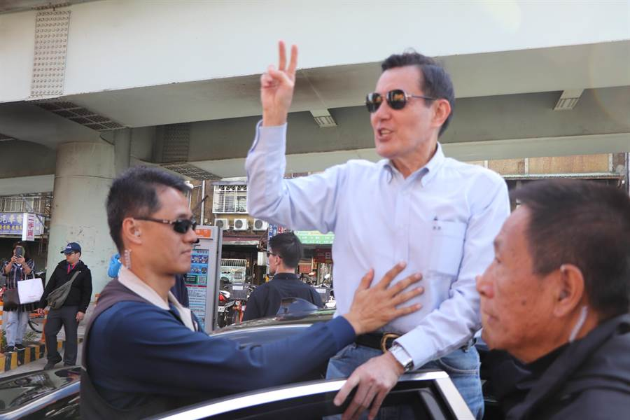 馬英九離開前突然踩上座車的踏板,向支持者高喊「柯志恩勝利」。(吳亮賢攝)