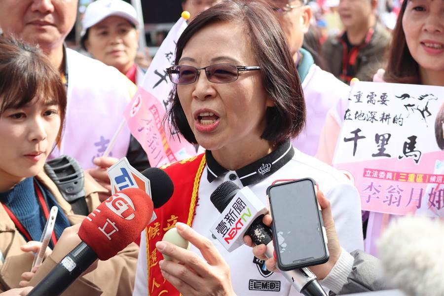李翁月娥28日受訪時拿出網路流傳消息的紙本證據,並唸出上方電話、和一顆微微發綠的臭雞蛋警惕選民。(戴上容攝)