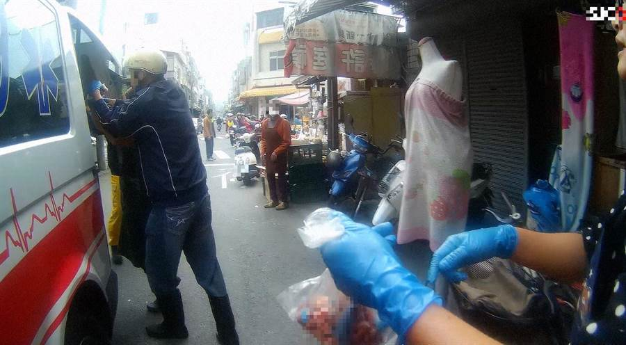 女子被絞肉機絞斷手掌,嘉義市消防局救護車送醫急救。(讀者提供)
