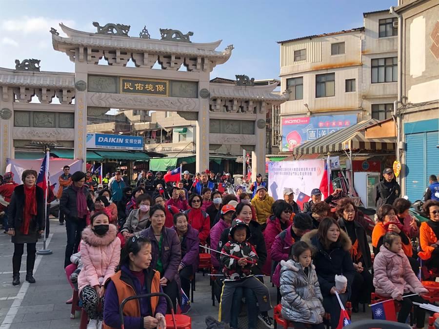盧月香在東門代天廣場舉辦造勢大會,吸引不少婆婆、媽媽前往捧場。(李金生攝)