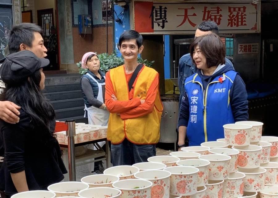 國民黨立委候選人宋瑋莉(右)一天跑50個大小餐會拜票,堪稱女鐵人。(許家寧翻攝)