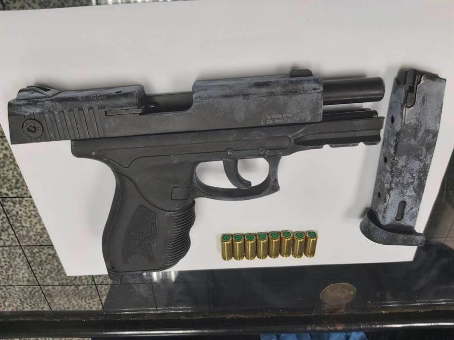 警方於26日晚間6時持檢方拘票,將楊男拘提到案,並扣得道具槍及空包彈8顆。(翻攝照片/戴上容新北報導)