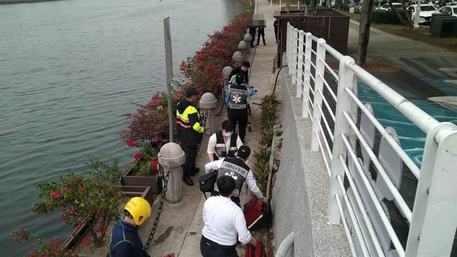 前金消防分隊於28日中午12時41分接獲民眾報案,河東路愛河水域發現一名婦人浮在水面,消防隊員趕緊下水救人,但將婦人救上岸時已無生命跡象。(高雄市消防局提供/洪浩軒高雄傳真)