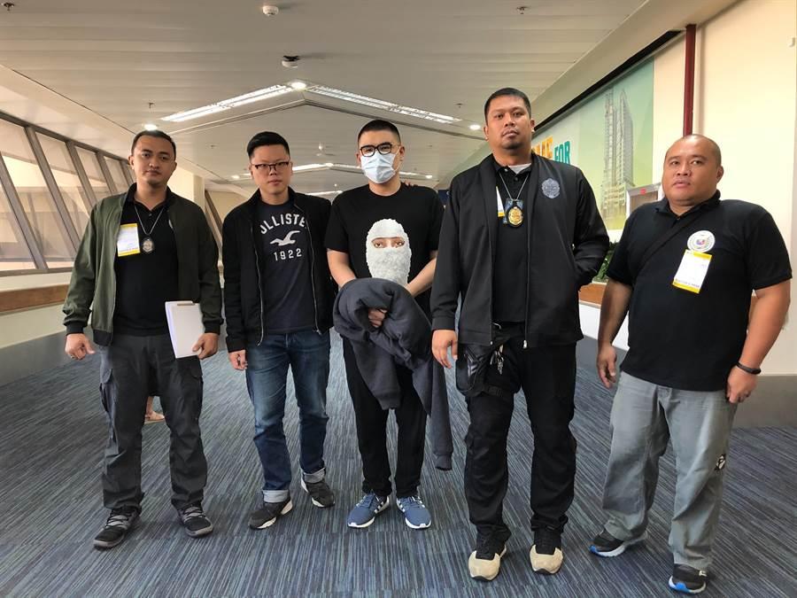 菲國警方27日將黃嫌移交給刑事局執行遣返。(翻攝照片/林郁平台北傳真)