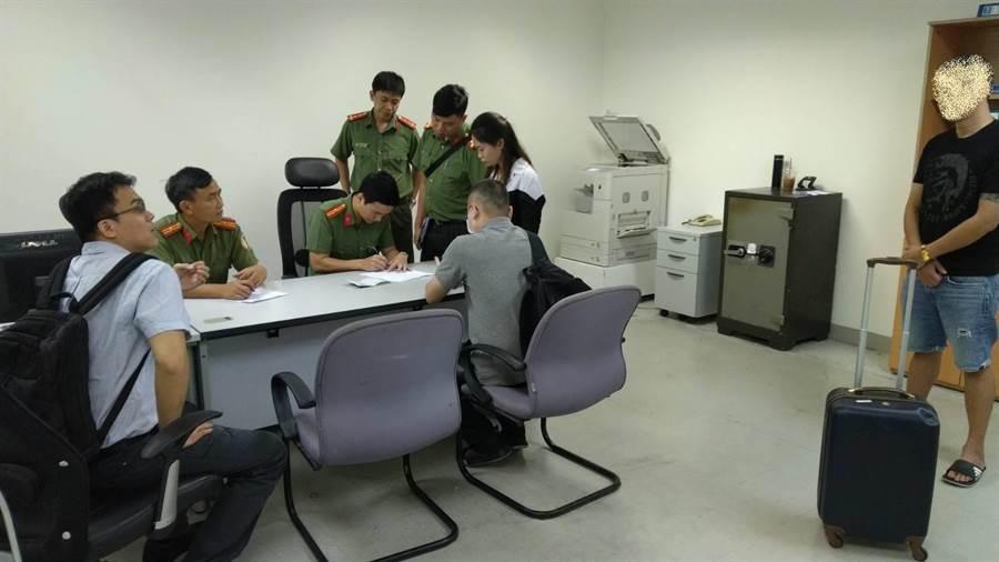 越南警方在24日將蕭嫌緝捕到案,交由刑事局押返回台。(翻攝照片/林郁平台北傳真)