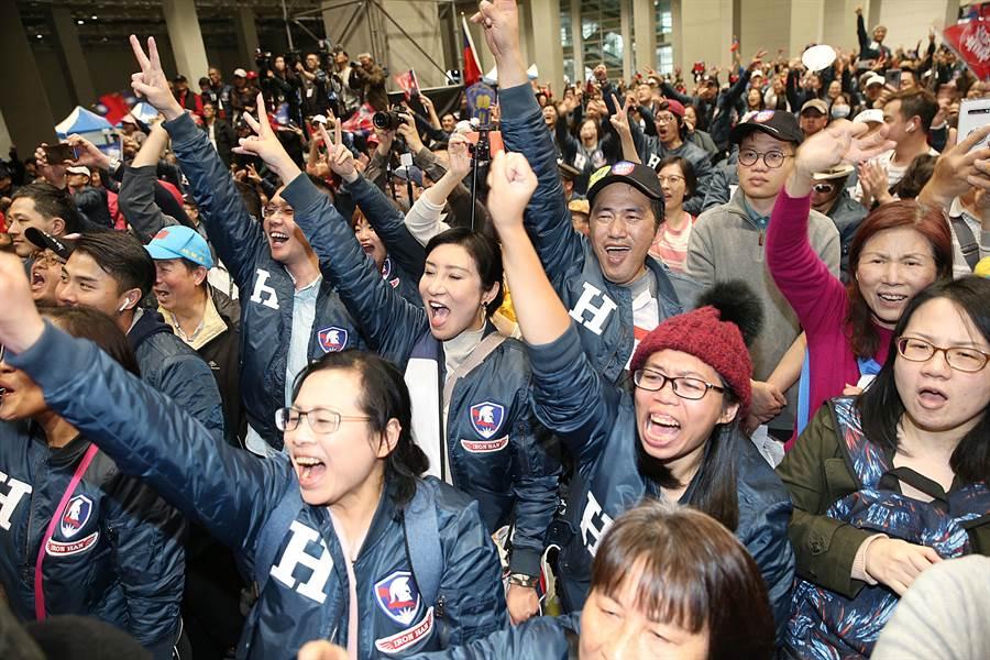 在「鋼鐵H夾克-2020鋼鐵愛心拍賣會」中,出席者熱情參與並奉獻愛心。(姚志平攝)