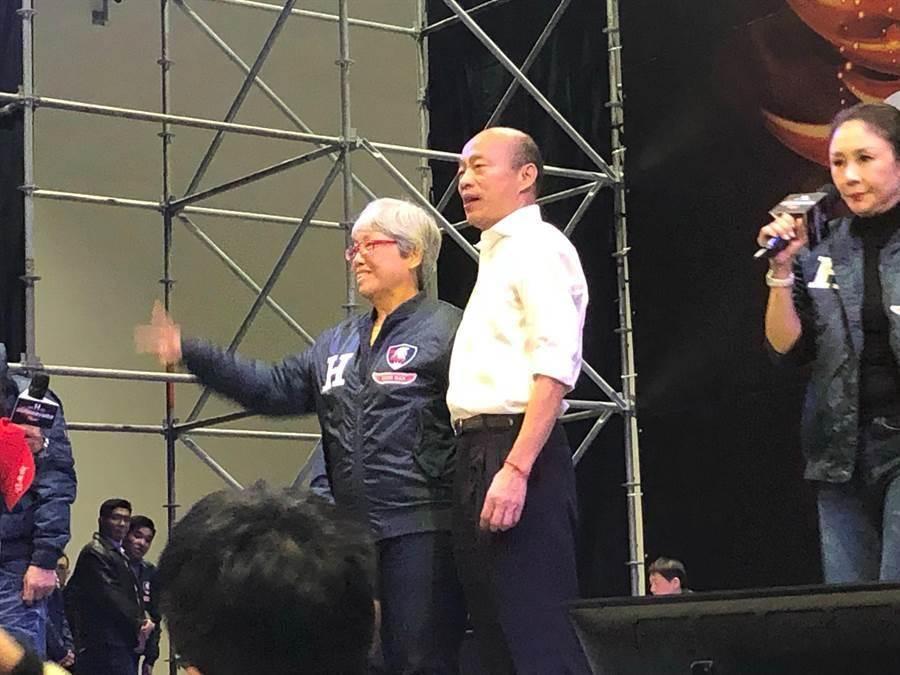 國民黨總統候選人韓國瑜28日出席「鋼鐵H夾克-2020鋼鐵愛心拍賣會」,親自拍賣從身上脫下的鋼鐵H夾克,由高雄的謝小姐以100萬元得標,並當場穿起來與韓合影留念。