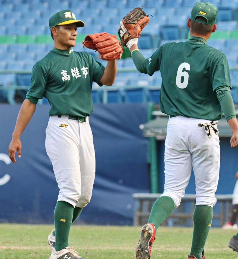 邱駿威(左)被職棒等級的裁判連抓兩次投手犯規,讓總教練李來發認為執法太嚴格。(大會提供)