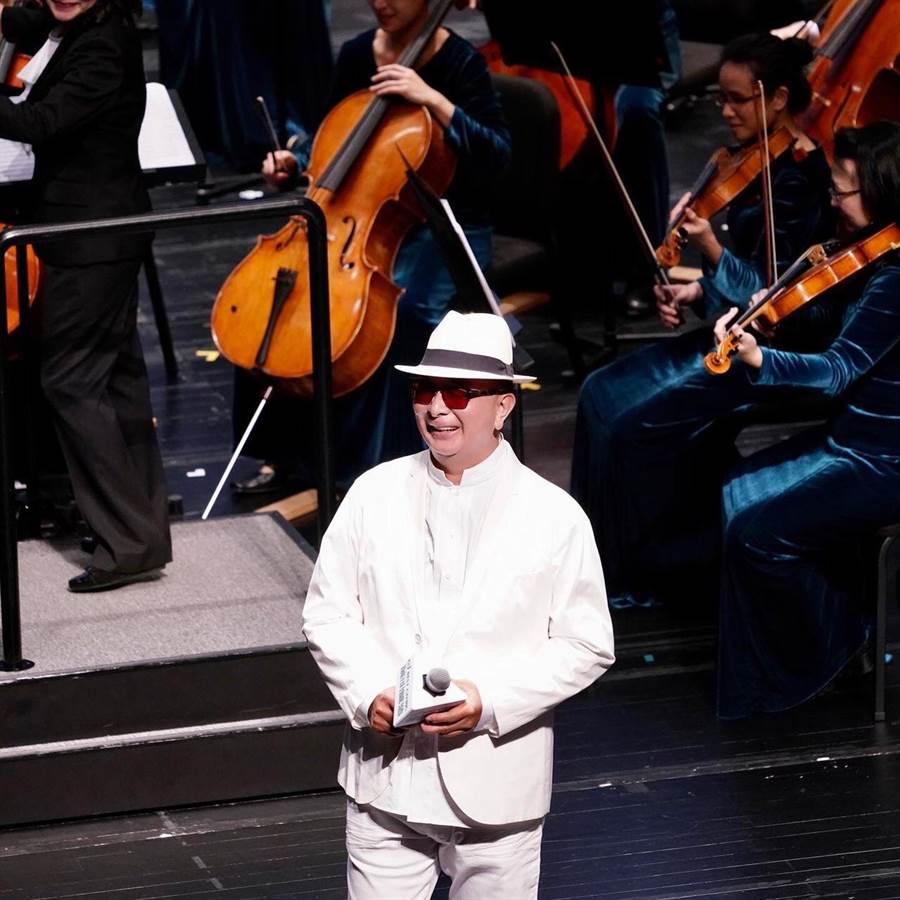 麗明營造今年平安夜在台中歌劇院舉辦音樂會,麗明營造董事長吳春山也上台客串獻唱了「快樂的出帆」、「再會夜港都」二首台語老歌,為活動帶來高潮。(麗明營造提供/台中馮惠宜傳真)