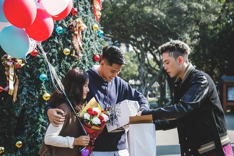 J.Sheon助攻女同學送男友驚喜禮物。(Dcard提供)