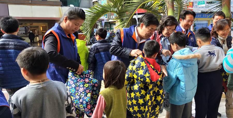 家扶孩子們開心穿上新的羽絨衣。(吳敏菁攝)